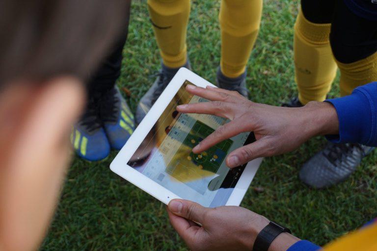 Trainer nutzt das Tablet zum Erklären der Taktik